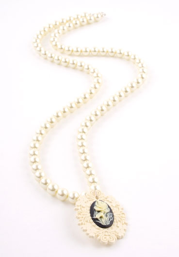 Ivory Vintage Cameo Crystal Pearl Necklace